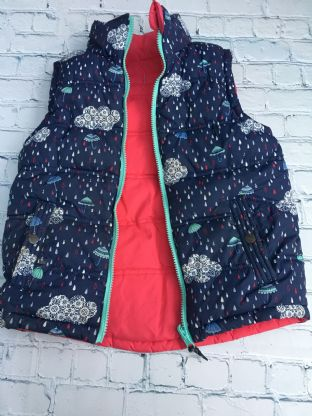 FatFace navy blue gillet with clouds and rain design and reversible hot pink the other side  age 6-7